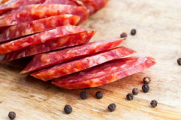 豚肉を調理して食品用にマリネし、製品を調理して乾燥させて食べる