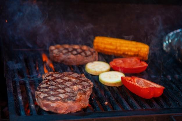 불꽃 그릴에 돼지 고기 스테이크