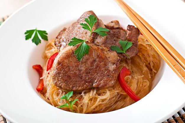 麺とオイスターソースの豚肉のメダリオン