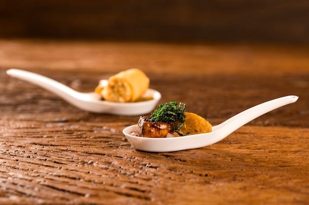 Миньон из свинины со сливочной канчихиньей и винегретом в ложке. вкус гастрономической еды руками