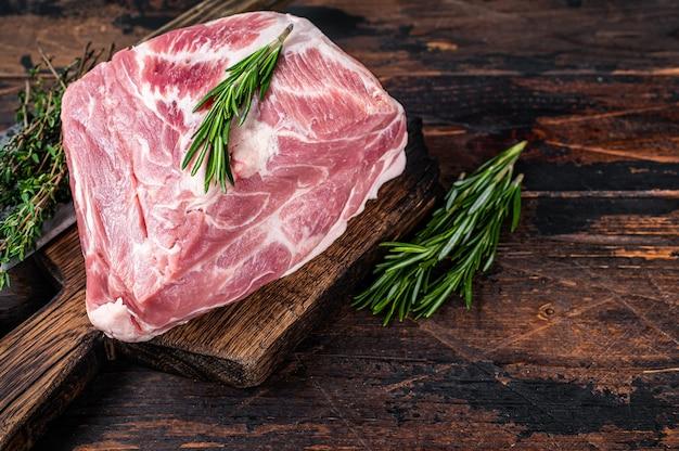 정육점 식칼로 나무 커팅 보드에 신선한 잘라 스테이크를위한 돼지 목 생고기