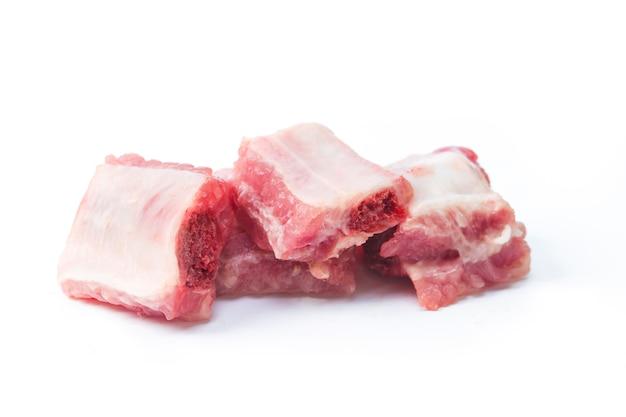 Свиные ребрышки, нарезанные на белом