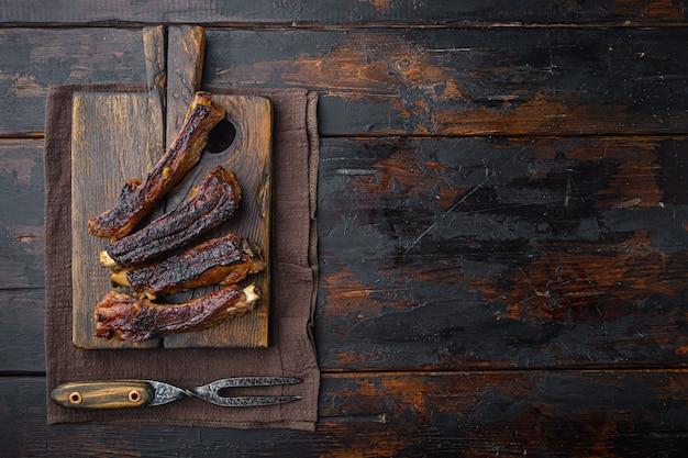 ポークリブをバーベキューソースで焼き、蜂蜜でキャラメリゼしたものを木製のサービングボードにセット