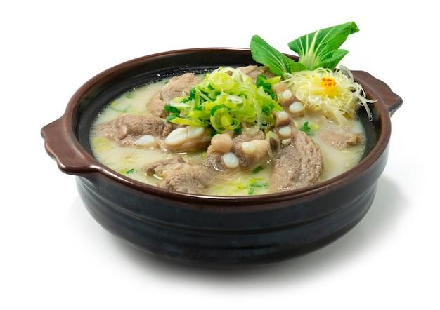 돼지 갈비 수프 한식 돼지 뼈 스톡 흰색 국물 장식 야채와 부추 조각 스타일 사이드 뷰
