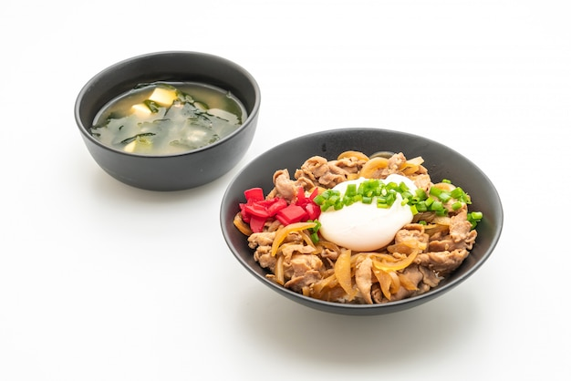 Свиная рисовая миска с яйцом (донбури) - японская кухня