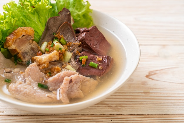 Суп из свиных внутренностей и кровяного желе с рисом - азиатская кухня