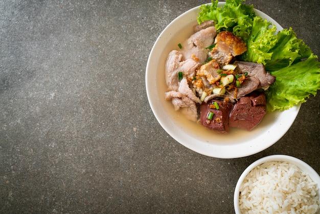 Суп из свиных внутренностей и кровяного студня с рисом