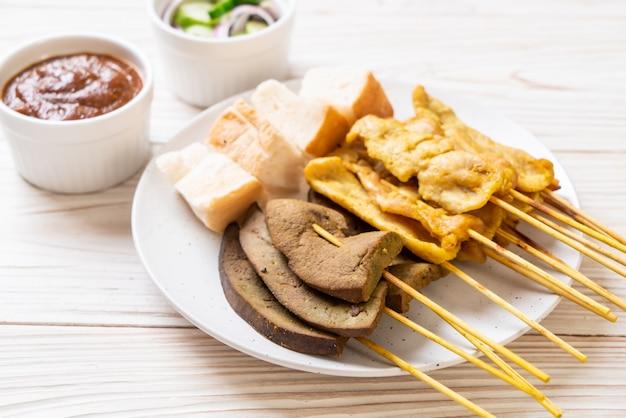 Свинина сатай с ореховым соусом и солеными огурцами