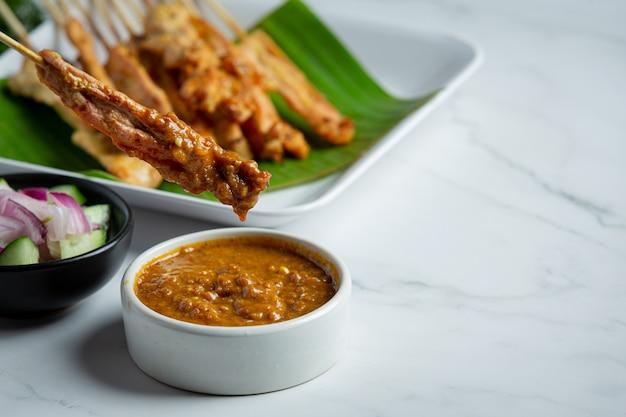 ピーナッツ ソースまたは甘酸っぱいソースのポーク サテ、タイ料理