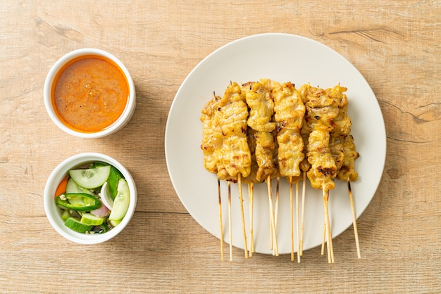 Сатай из свинины с солеными огурцами и луком в уксусе с арахисовым соусом - стиль азиатской кухни