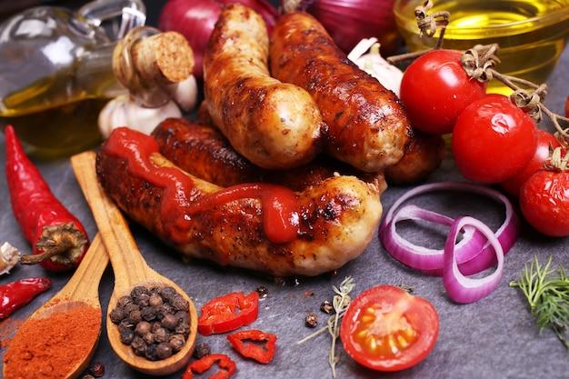 Колбаски из свинины со специями и овощами