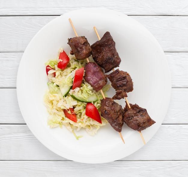付け合わせに豚肉のシャシリクと野菜のサラダ