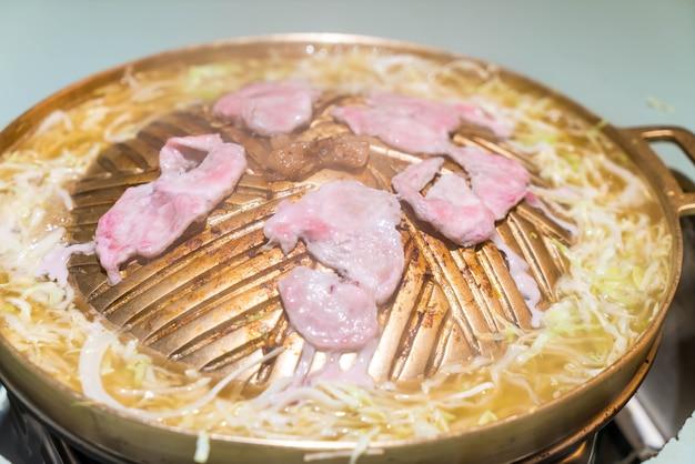 Grigliata affettata di maiale sulla vaschetta calda