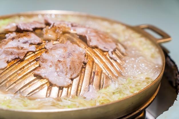 Свиная нарезанная гриль на горячей кастрюле