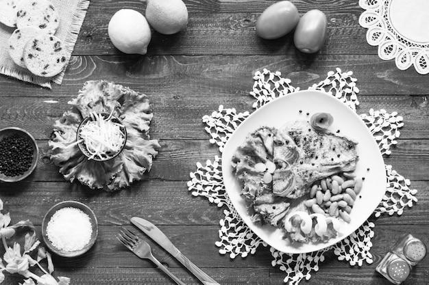 スパイスを使ったポークステーキの自家製料理は、木製のまな板にレタスを残し、料理、