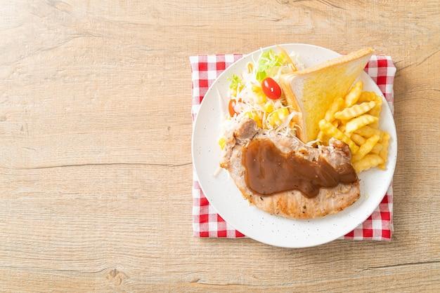 Стейк из свинины с соусом из черного перца и мини-салатом Premium Фотографии