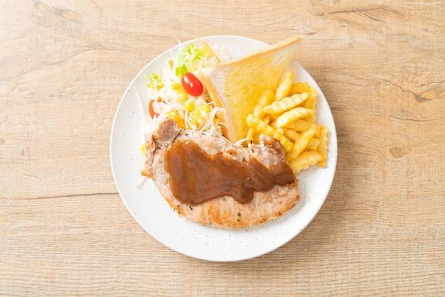 Стейк из свинины с соусом из черного перца и мини-салатом
