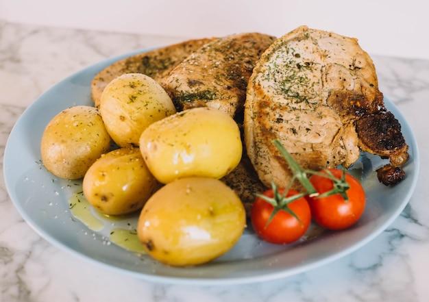 감자와 토마토를 곁들인 돼지고기 스테이크