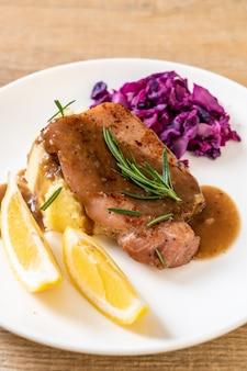 붉은 양배추와 으깬 감자와 돼지 고기 스테이크