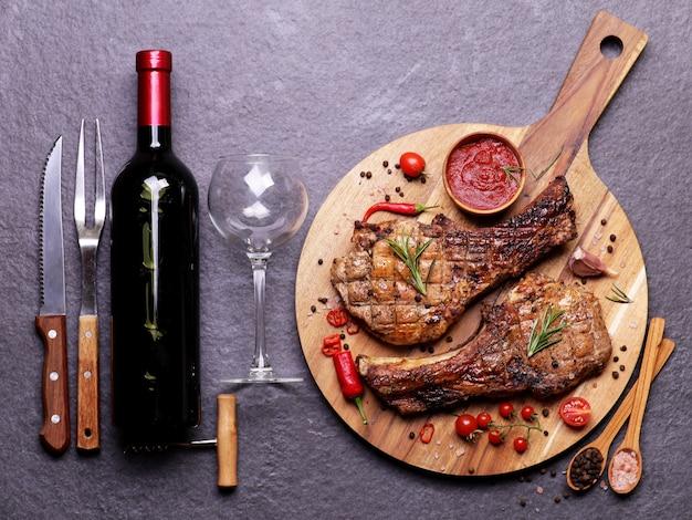 레드 와인 소스와 야채와 향신료를 곁들인 돼지 고기 스테이크
