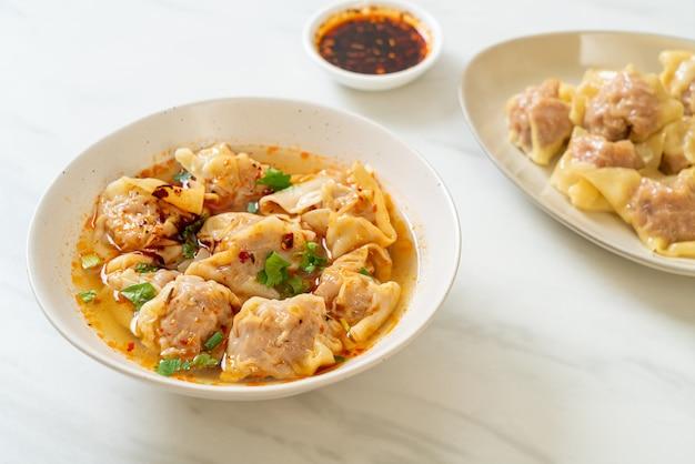 ポークワンタンスープまたはローストチリ入りポーク餃子スープ-アジア料理スタイル