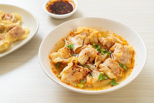 Суп вонтон из свинины или суп из свиных пельменей с жареным перцем чили - азиатская кухня