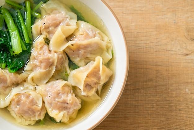 ポークワンタンスープまたはポーク餃子スープと野菜-アジア料理スタイル