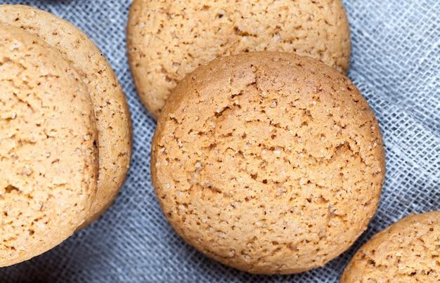 オートミールで焼いた多孔質クッキー、カロリーがあまり高くないオートミールクッキーのクローズアップ、甘くて乾燥したカリカリのクッキーではない