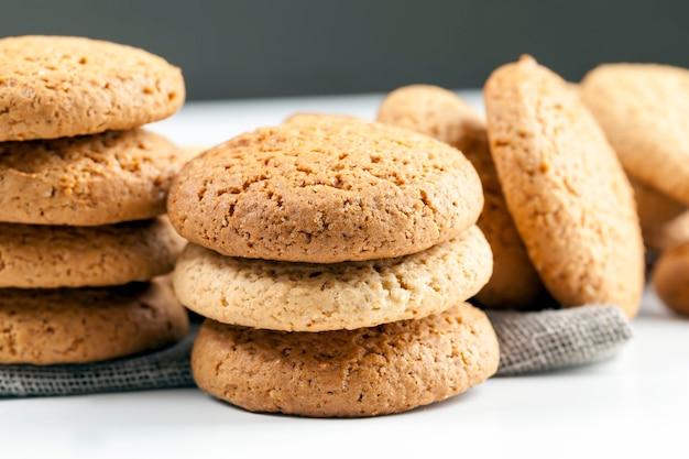 オートミールで焼いた多孔質クッキー、甘くなく乾燥したカリカリのクッキー、カロリーがあまり高くないオートミールクッキー