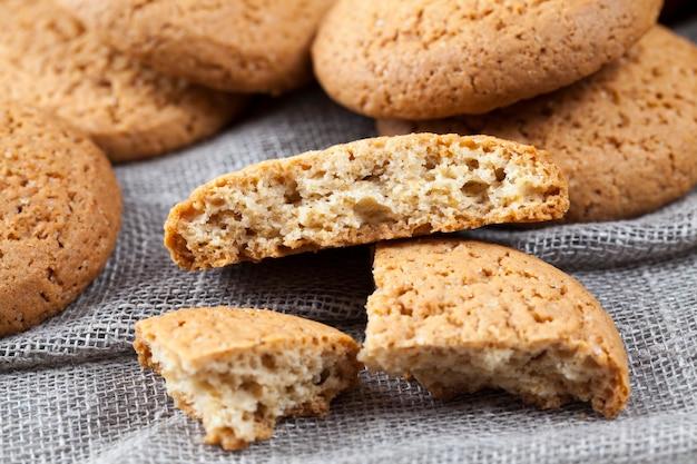 オートミールで焼いた多孔質クッキー、カロリーがあまり高くないオートミールクッキー、甘くて乾燥したカリカリのクッキーではない