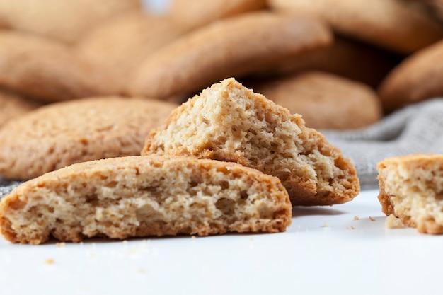 オートミールで焼いた多孔質クッキー