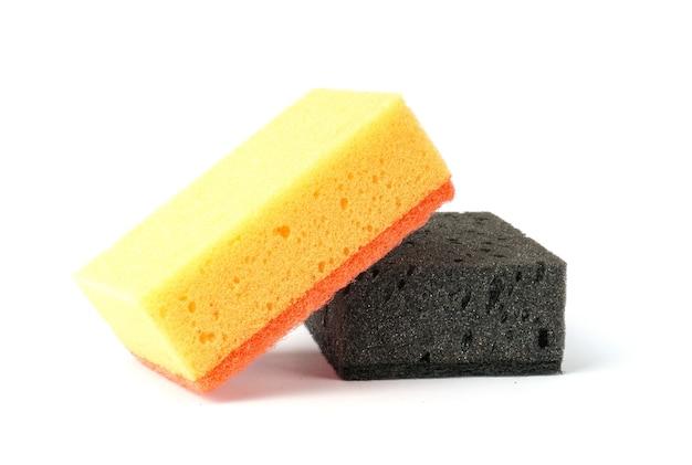 白黒と黄色のキッチンスポンジで分離された皿を洗うための多孔質スポンジ
