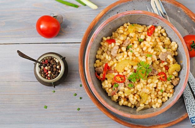 쇠고기와 야채를 곁들인 터키 쿠스쿠스 죽. 식이 메뉴. 평면도.