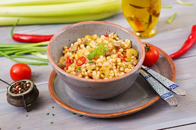 쇠고기와 야채를 곁들인 터키 쿠스쿠스 죽. 식이 메뉴.