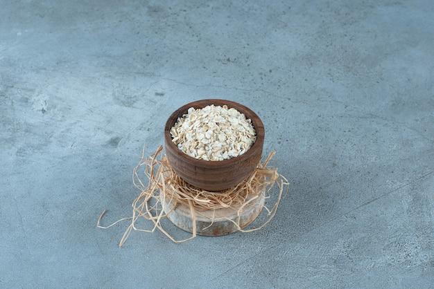 Mueslies di porridge in una tazza di legno rustica. foto di alta qualità