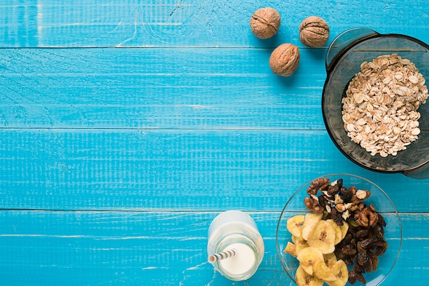 お粥、オーツ麦、ミルク、バナナをテーブルに。健康的な朝食。上から見る