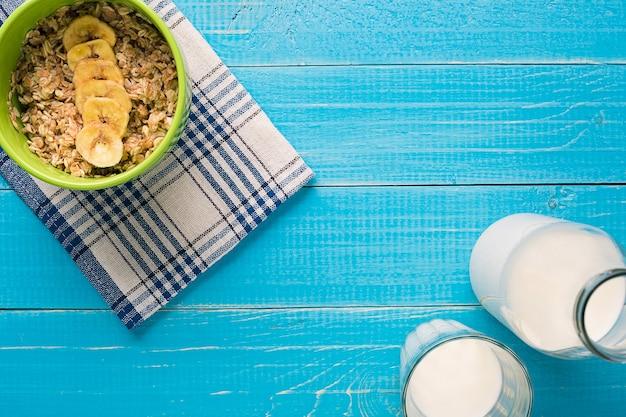 お粥はテーブルの上にミルクとバナナをオーツ麦