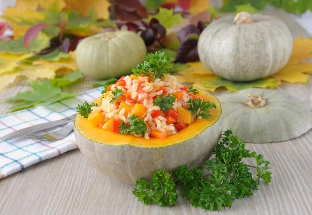 호박과 채소에 호박을 넣은 쌀과 야채 죽