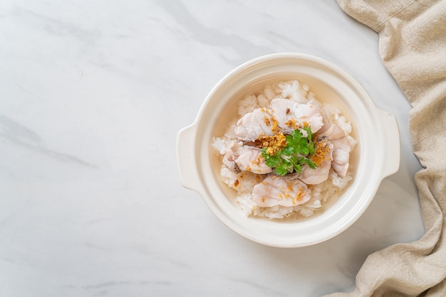 お粥または水槽付きご飯スープ
