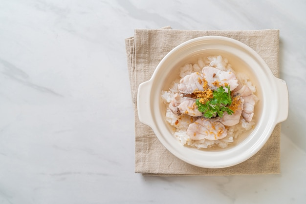 죽 또는 삶은 쌀국과 생선 그릇