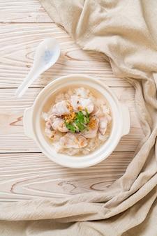 お粥またはご飯と魚丼