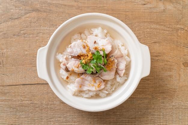 お粥またはご飯と魚丼 Premium写真