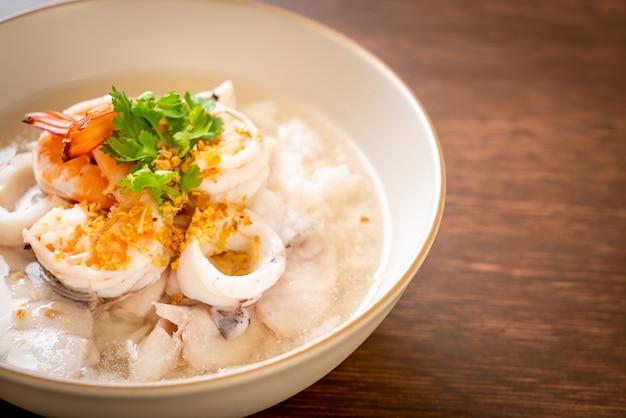 お粥またはご飯とシーフード(エビ、イカ、魚)ボウル