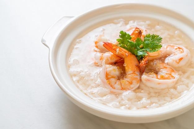 죽 또는 삶은 쌀국과 새우 그릇