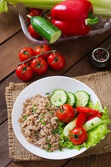 신선한 야채와 양상추 죽. 건강한 아침 식사. 적절한 영양 섭취. 식이 메뉴.