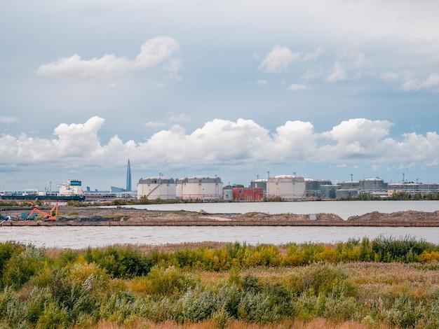 サンクトペテルブルク南西部の工業地域、ポート。タンクファームの石油およびガスターミナル。