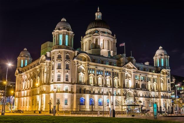 Здание порта ливерпуля ночью - англия, великобритания
