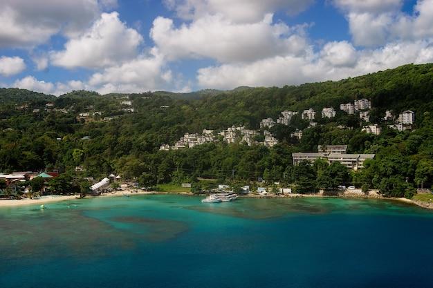 オーチョリオス港。ジャマイカ。紺碧の水 Premium写真
