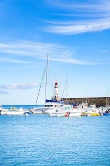 モルビアンのフランスのベルイルアンメール島にあるルパレの町の港