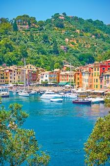 Порт с лодками и набережной с разноцветными домами в городе портофино, лигурия, италия